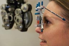 Brille und Kontaktlinsen sind besondere Produkte, die eine fachmännische Anpassung und detaillierte Prüfungen erfordern.