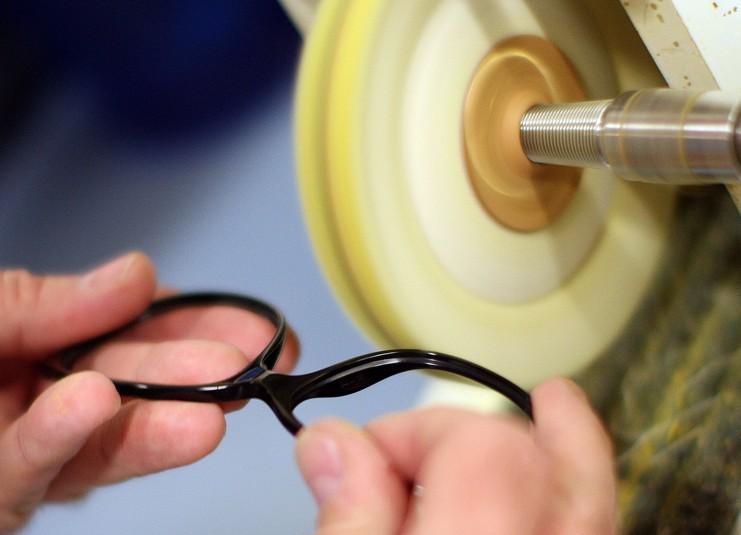 Brillenfassung polieren