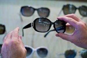 Das Bild zeigt eine schwarze Sonnenbrille