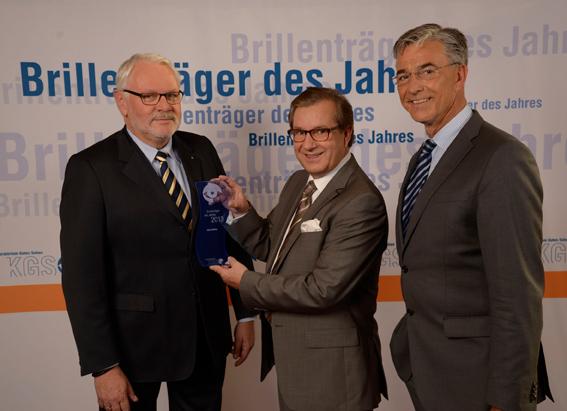 Jürgen Meyer (links) überreichte gemeinsam mit dem KGS-Vorsitzenden Josef May (rechts) den Preis für den Brillenträger des Jahres 2013 an Jan Hofer.