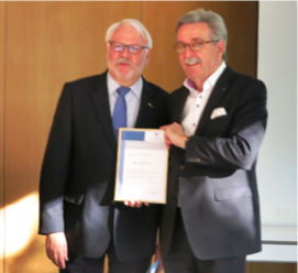 Jürgen Meyer (links) erhält das Goldene Landesinnungszeichen