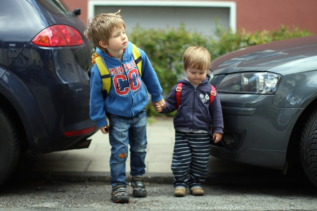 Das BIld zeigt kleine Kinder im Straßenverkehr