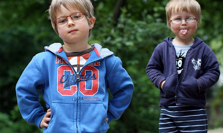 Das Bild zeigt zwei Kinder mit Brillen von Cammann Optik.