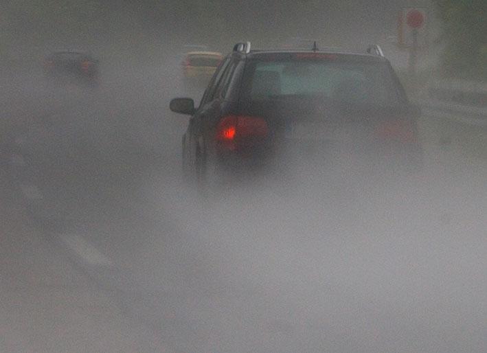 Das Foto zeigt ein Auto im starken Regen