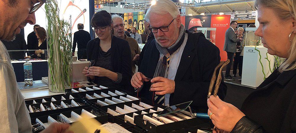 Das Bild zeigt, wie Jürgen Meyer, Chef von Cammann Optik, bei der Messe Brillenfassungen für seine Kunden einkauft