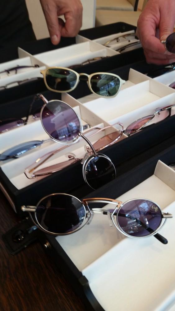 Fat Boy-Sonnenbrillen wie jene auf dem Foto gibt es bei Cammann Optik in Hannover.
