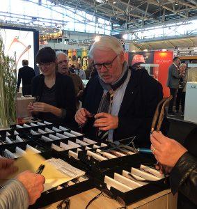 Konzentriert beim Brillenkauf. Jürgen Meyer sucht für seine Kunden auch in diesem Jahr bei der Fachmesse opti wieder das Besondere.