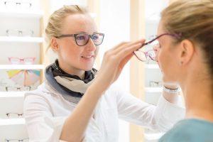 Service beim Augenoptiker